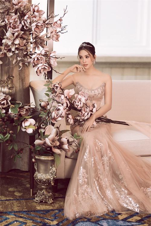 Cổ váy được chọn lựa làcổ illusion và cổ thuyền cách điệu, giúp giữ sự an toàn cho thiết kế. Chân váy xòe được kết hợp từ các chất liệu trong - đục và vải ren bắt sáng, giúp tạo hiệu ứng 3D ẩn hiện cho thiết kế.