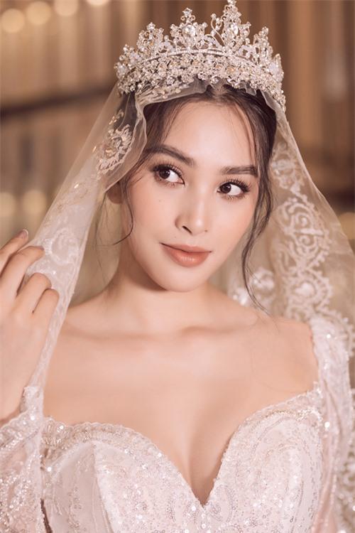 Voan cưới và vương miện dành cho từng trang phục đều được chế tác riêng, giúp tạo sự đồng nhất cho vẻ ngoài của cô dâu.