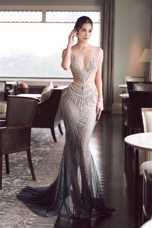 Tiểu Vy thử diện chiếc váy xanh bạc ombre đính đá Swarovski. Đây cũng là mẫu váy mà Hoàng Thùy từng chuẩn bị cho màn thi dạ hội đêm chung kết Miss Universe 2019.