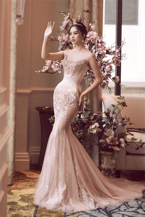 Các mẫu váyở bộ sưu tập vẫn có những đặc trưng thường thấy trong phong cách thiết kế của Anh Thư. Đó là chất liệu bắt sáng, lưới trong mềm mại cùng phom dáng corset tôn đường cong.