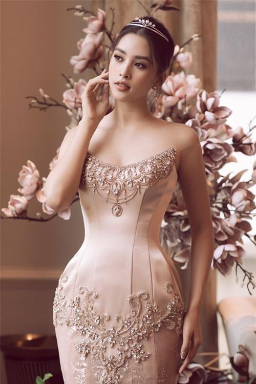 Kỹ thuật dựng phom với taffeta và lụa cùng hoa văn baroque được đính kết thủ công cầu kỳ, giúp tạo nên tác phẩm váy cưới đạt tới độ hoàn hảo.