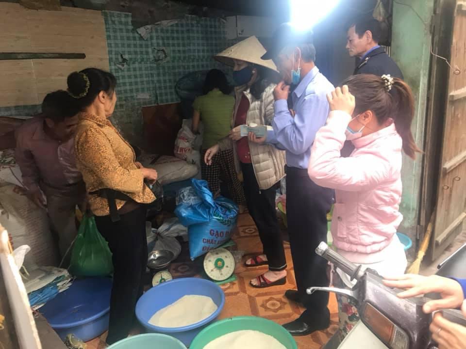 Đổ xô đi mua gạo tích trữ tại chợ Khương Đình, Thanh Xuân.