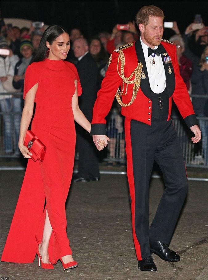 """Meghan Markle tỏa sáng như """"Nữ hoàng"""" trong sự kiện mới nhất nhưng gương mặt buồn bã của Hoàng tử Harry mới đáng chú ý - Ảnh 1."""