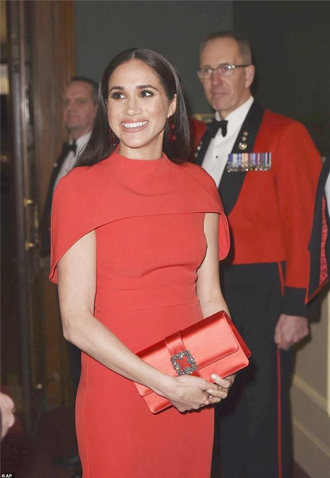 """Meghan Markle tỏa sáng như """"Nữ hoàng"""" trong sự kiện mới nhất nhưng gương mặt buồn bã của Hoàng tử Harry mới đáng chú ý - Ảnh 2."""