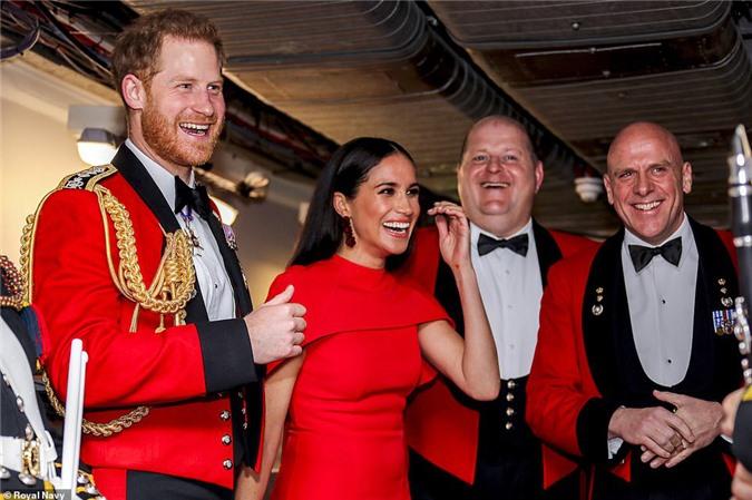 """Meghan Markle tỏa sáng như """"Nữ hoàng"""" trong sự kiện mới nhất nhưng gương mặt buồn bã của Hoàng tử Harry mới đáng chú ý - Ảnh 4."""