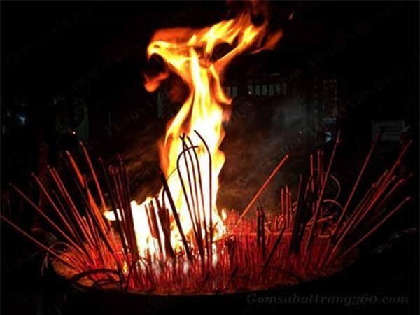 Bát hương bốc cháy