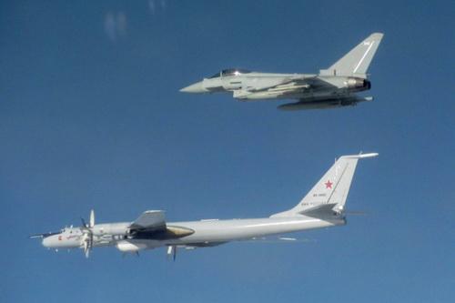 Tiêm kích Eurofighter Typhoon của Anh kèm sát máy bay chống ngầm Tu-142 của Nga. Ảnh: Reuters.