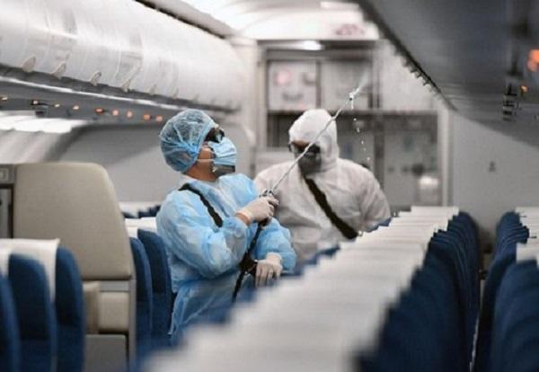 Khử khuẩn máy bay VN0054 đã chở bệnh nhân N.H.N