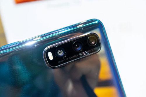 Oppo Find X2 có 3 camera sau. Cảm biến chính 48 MP, f/1.7 với khả năng lấy nét bằng laser, lấy nét theo pha, chống rung quang học (OIS), chống rung điện tử (EIS). Ống kính tele 13 MP, f/2.4 mang đến khả năng zoom quang 5x, zoom kỹ thuật số 20x, OIS. Ống kính thứ ba 12 MP, f/2.2 cho ống kính góc rộng 120 độ. Bộ ba này được trang bị đèn flashLED kép, quay video 4K.