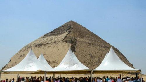 Người dân tụ tập xung quanh kim tự tháp Bent của vua Sneferu trong ngày chính quyền Ai Cập mở cửa di tích này. Ảnh: AFP.