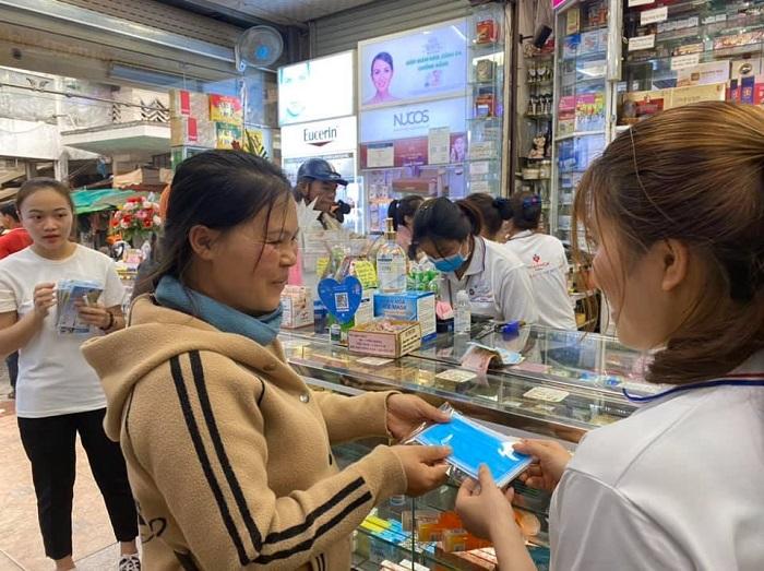 Mùa dịch Covid-19, trong khi nhiều nhà thuốc phát khẩu trang miễn phí cho khách hàng và người dân thì lại có những nhà thuốc đầu cơ, nâng giá trục lợi
