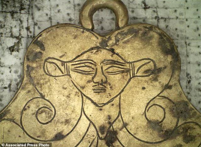 Phát hiện ngôi mộ 3500 năm chứa nhiều châu báu và hàng nghìn miếng vàng lá - 2