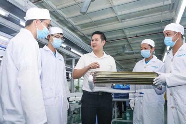 Ông Phạm Tam - Chủ tịch Asanzo (giữa ảnh) khẳng định chiến lược sản phẩm công nghệ hiện đại, giá thành bình dân.