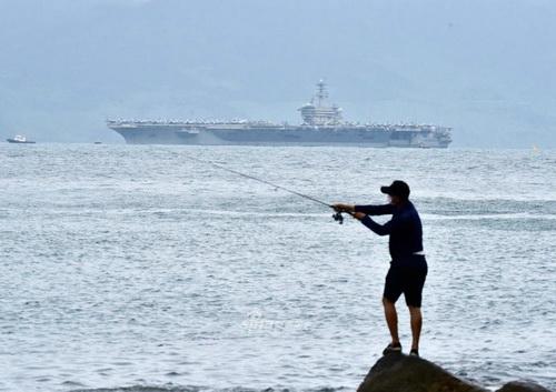 Tàu sân bay USS Theodore Roosevelt trong chuyến thăm Việt Nam. Ảnh: Sina