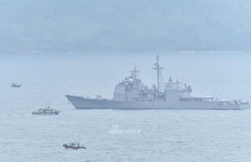 Tuần dương hạm USS Bunker Hill hộ tống tàu sân bay USS Theodore Roosevelt. Ảnh: Sina.