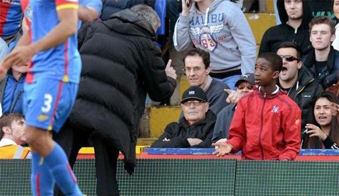 Cậu bé nhặt bóng cũng là mục tiêu đổ lỗi của Mourinho