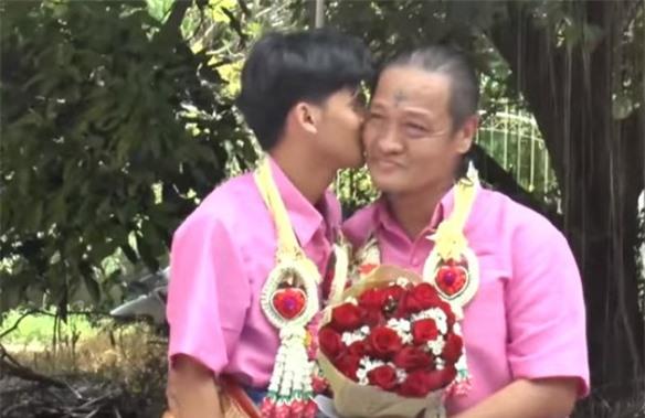 Cặp đôi vẫn trao nhau những cử chỉ ân ái trong ngày đại lễ.