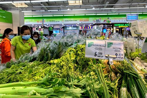 Siêu thị Hà Nội đầy ắp hàng hóa, giá cả ổn định.