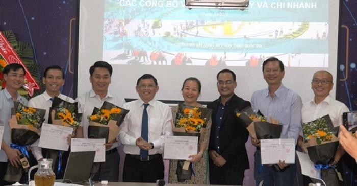 Lãnh đạo UBND tỉnh Đắk Lắk trao chứng nhận cho các nhà đầu tư sáng lập Quỹ Đầu tư khởi nghiệp sáng tạo tỉnh Đắk Lắk số 1 (Ảnh: Daklak.gov.vn)