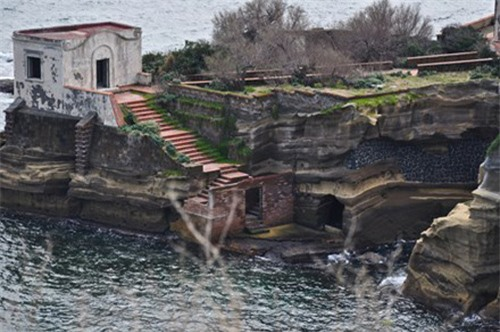 Bí ẩn hòn đảo tuyệt đẹp bị nguyền rủa ngoài khơi nước Ý - 1