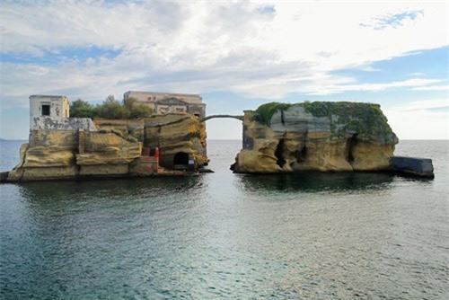 Bí ẩn hòn đảo tuyệt đẹp bị nguyền rủa ngoài khơi nước Ý - 2