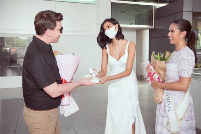 Hoàng Thuỳ tự may khẩu trang tặng Hoa hậu Siêu quốc gia đến Việt Nam - 2
