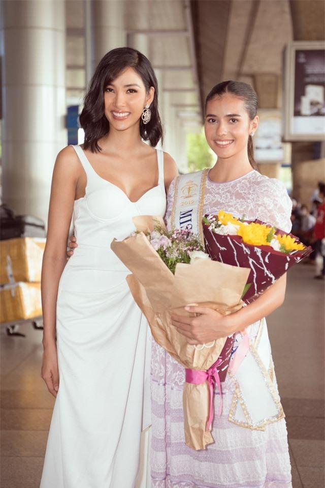 Hoàng Thuỳ tự may khẩu trang tặng Hoa hậu Siêu quốc gia đến Việt Nam - 5