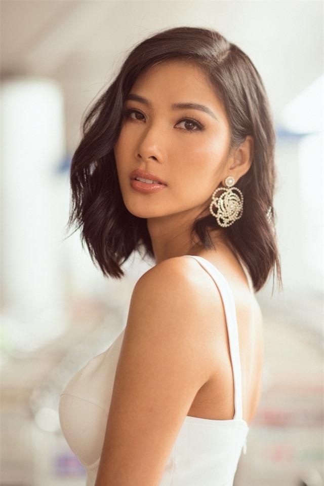 Hoàng Thuỳ tự may khẩu trang tặng Hoa hậu Siêu quốc gia đến Việt Nam - 6