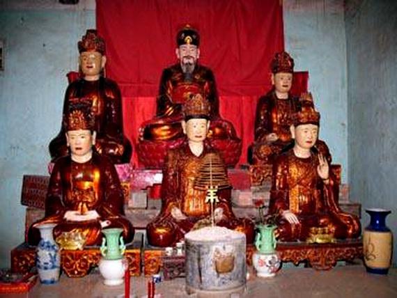 Tượng thờ vua Lê Thần Tông bên các bà vợ của mình.