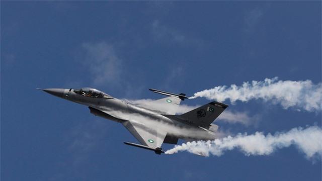 Video máy bay chiến đấu F-16 Pakistan lao thẳng xuống đất khi diễn tập - 1
