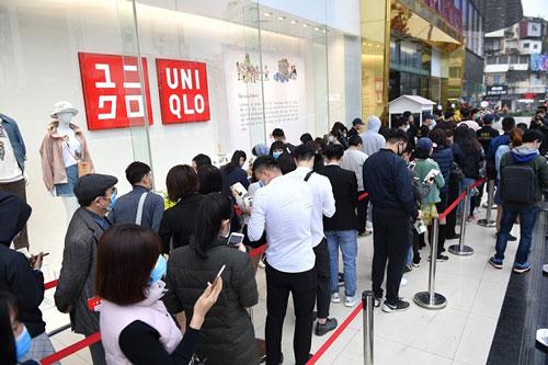 Người dân xếp hàng mua đồ khi Uniqlo khai trương cửa hàng ở Hà Nội
