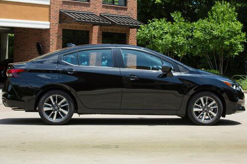 1. Nissan Versa 2020 (giá khởi điểm: 14.730 USD).
