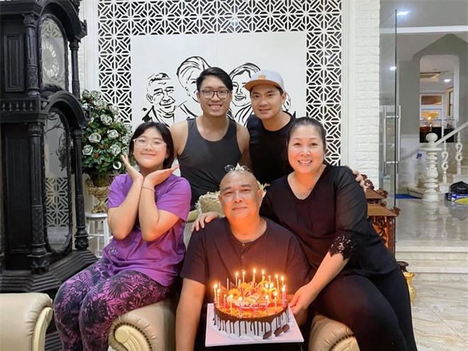 Vợ chồng NS Hồng Vân kỷ niệm 20 năm ngày cưới hồi tháng 1 vừa qua.