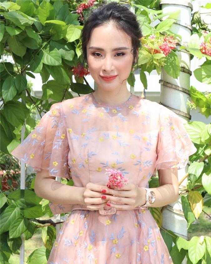 091731-angela-phuong-trinh-tai-xuat-voi-hinh-anh-gay-soc