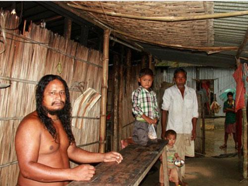 Dân làng đã quen với cảnh Subal khỏa thân. Ảnh: Cover Asia Press.