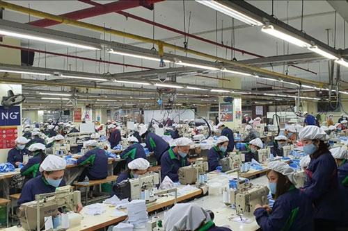 Công nhân sản xuất khẩu trang tại TNG