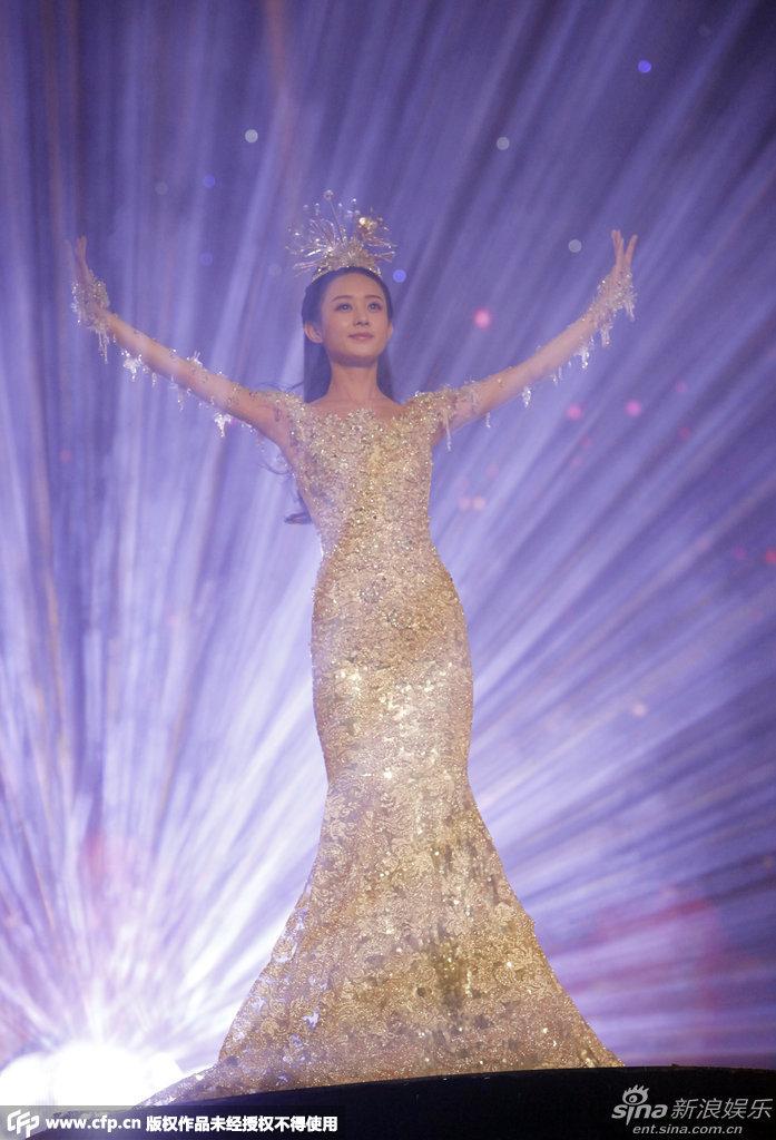 Triệu Lệ Dĩnh trở thành đại diện cho Liên hoan Phim truyền hình Kim Ưng lần thứ 10 do đài truyền hình Hồ Nam tổ chức, trở thành Nữ Thần Kim Ưng của năm này - Ảnh: Sina