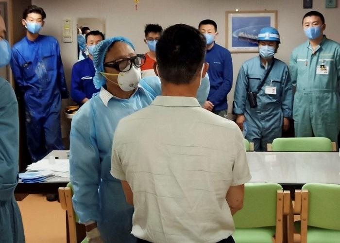 Nhân viên y tế tiến hành kiểm tra thân nhiệt các thủy thủ tàu hàng cập cảng Chân Mây