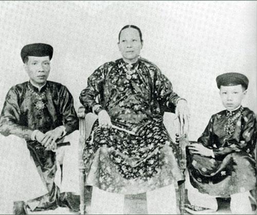 Từ phải qua: hoàng tử Vĩnh Thụy (vua Bảo Đại sau này), hoàng thái hậu Tiên Cung (bà nội Vĩnh Thụy) và vua Khải Định.