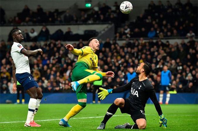 Michael Vorm là nhân tố khiến Tottenham bị loại ở FA Cup
