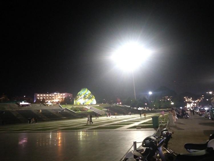 Tuy là tối cuối tuần nhưng Quảng trường Lâm Viên Đà Lạt vẫn rất lưa thưa khách