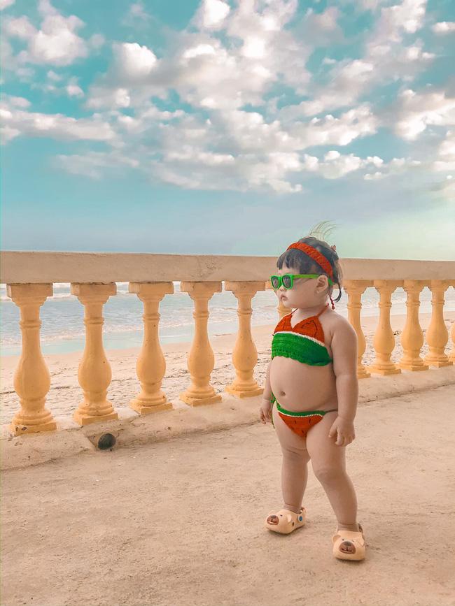 Cô bé diện bikini dưa hấu xinh xắn tạo dáng cực thần thái.