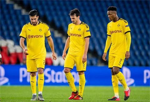 Ở trận thua PSG tại Champions League vừa qua, Hummels (giữa) đã chơi thiếu tỉnh táo và chậm chạp