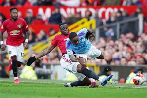 Một pha tắc bóng chính xác của Wan-Bissaka trong trận derby Manchester