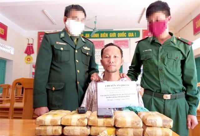 Đối tượng người Lào mang theo 60 ngàn viên ma túy vượt biên vào Việt Nam - 1