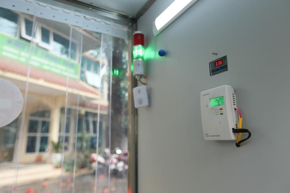 """""""Việc sử dụng nhiệt độ cao kết hợp với ozon ở mức độ cho phép có thể giúp diệt khuẩn. Hiện tại, chúng tôi đang tiến hành thử nghiệm cùng với các kỹ sư và các chuyên gia về y tế để đưa ra một mức độ nhiệt và ozon hợp lý"""", PGS,TS Doãn Ngọc Hải nói."""