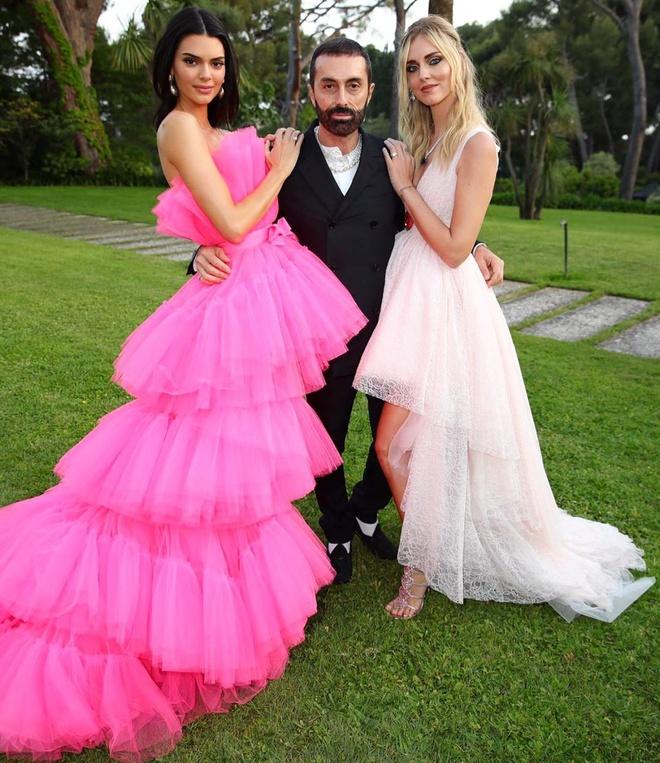 Chiara Ferragni (phải) bức xúc vì Kendall Jenner nhận thức sai về nCoV.