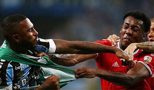 Cầu thủ hai CLB Gremio và Internacional ẩu đả.