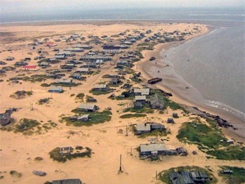 Kỳ lạ ngôi làng cứ đến đêm lại bị vùi lấp trong cát ở nước Nga - 1