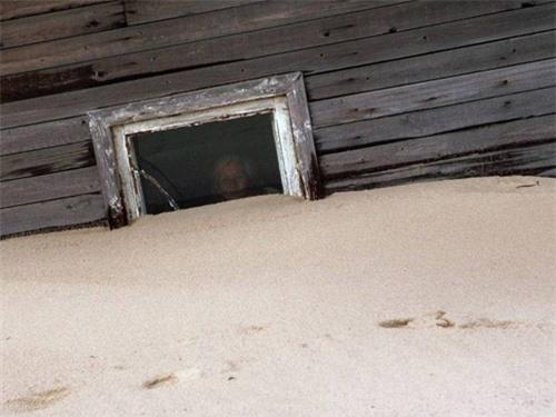 Kỳ lạ ngôi làng cứ đến đêm lại bị vùi lấp trong cát ở nước Nga - 2